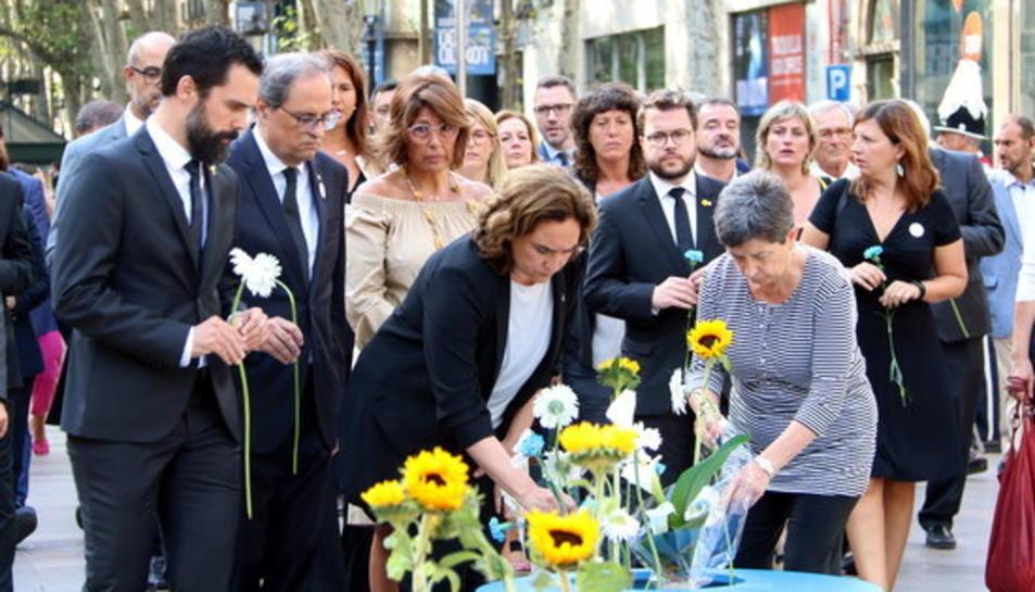 Torra, Torrent, Colau i Cunillera a l'ofrena floral al mosaic de Joan Miró de la Rambla de Barcelona.