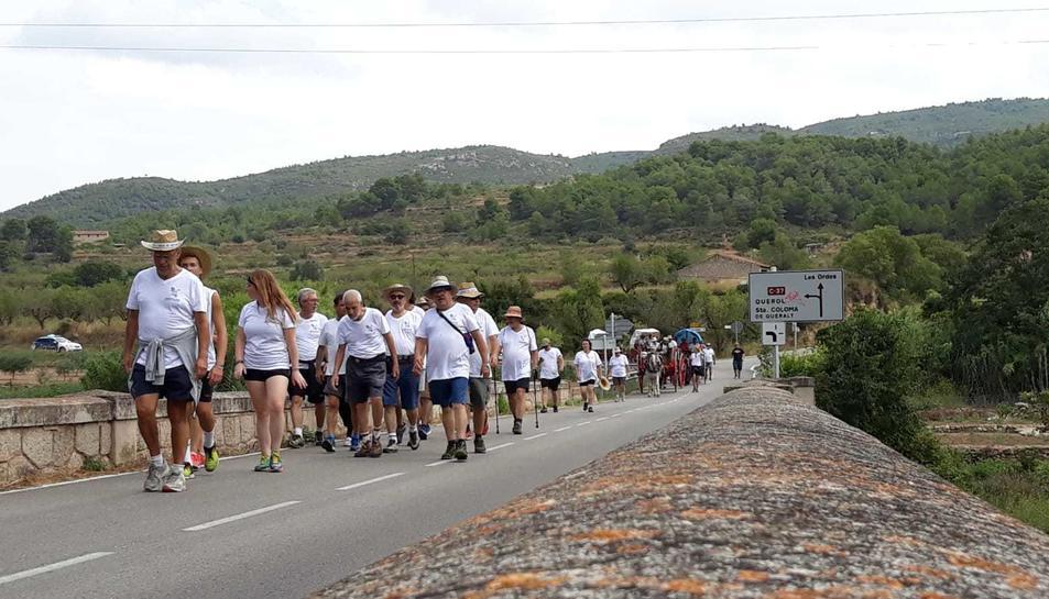 Els Portants de l'Aigua, amb els seus carros i cavalls, passant pel Pont d'Armentera.