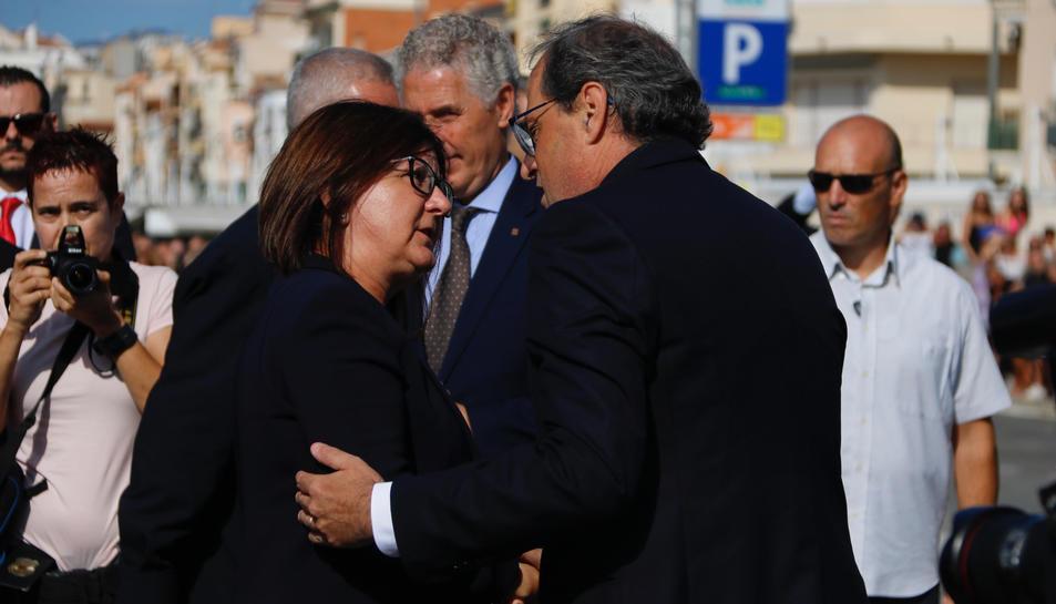 El president de la Generalitat, Quim Torra, saluda l'alcaldesa de Cambrils, Camí Mendoza, durant l'acte d'homenatge a les víctimes dels atemptats.