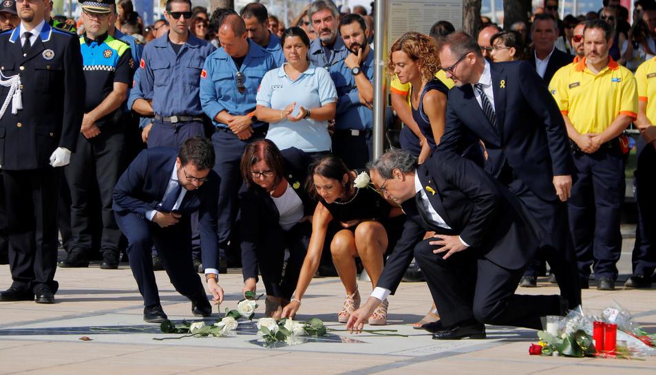 El president del Govern, Quim Torra, les ministres Meritxell Batet i Reyes Maroto, l'alcaldessa de Cambrils, i el vicepresident, Pere Aragonès i el president en funcions del Parlament fent l'ofrena al Memorial de Cambrils.