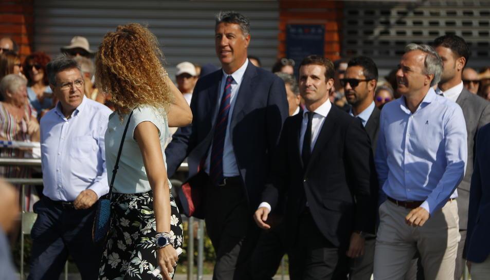 Pla general del president del PPC, Xavier Garcia Albiol, i el president del PP, Pablo Casado, arribant al Passeig Marítim de Cambrils per celebrar l'acte de commemoració de l'atemptat.