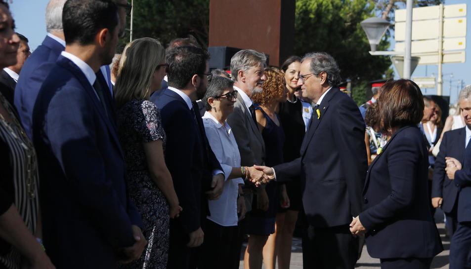 El president de la Generalitat, Quim Torra, saluda Teresa Cunillera, delegada del govern espanyol a Catalunya, al costat d'altres consellers, abans de l'acte d'homenatge a les víctimes dels atemptats.