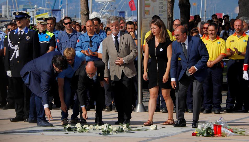 Pla general de l'ofrena floral amb el president de l'Aragó, l'alcaldessa en funcions de Barcelona; els alcaldes d'Alcanar, Ripoll, Subirats i Saragossa, en l'acte d'inauguració del Memorial per la Pau de Cambrils.