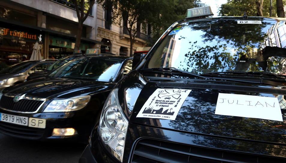 Detall d'un taxi portant un cartell amb el nom d'una de les víctimes dels atemptats del 17-A.