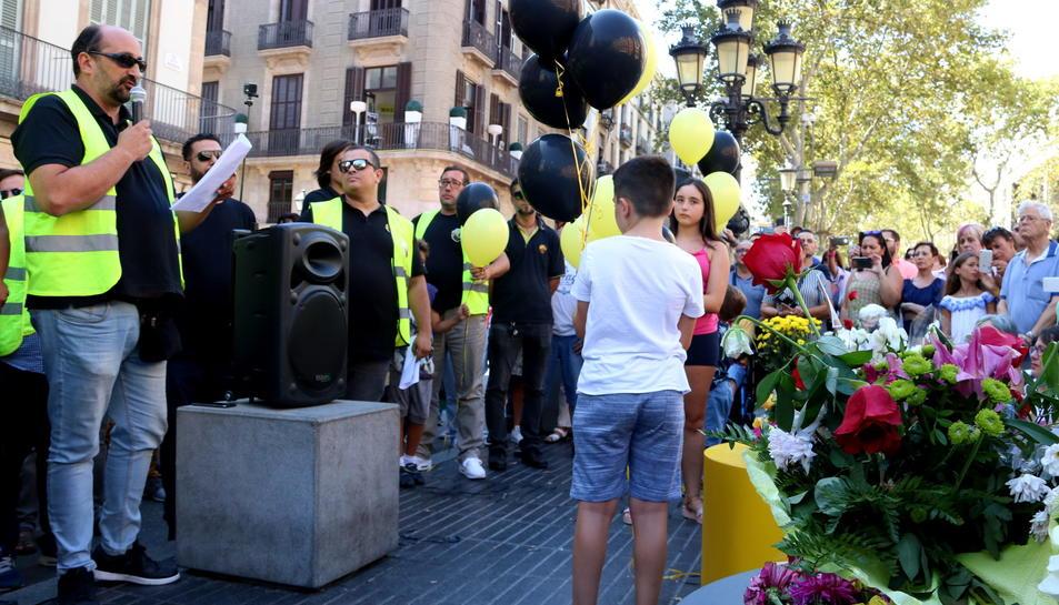 Els taxistes han fet parlaments i una ofrena floral a la Rambla, en solidaritat amb les víctimes dels atemptats del 17-A.