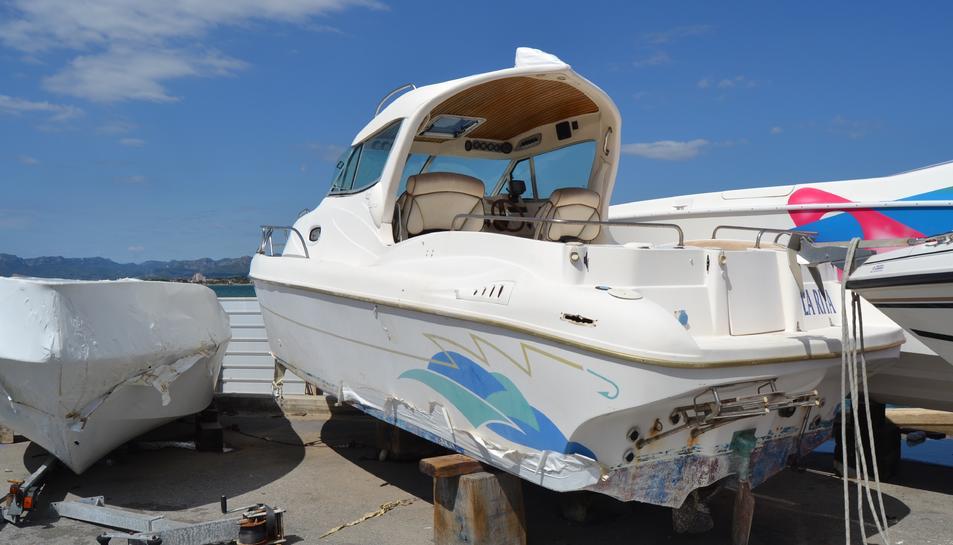 Una de les embarcacions abandonades del Club Nàutic de Cambrils.