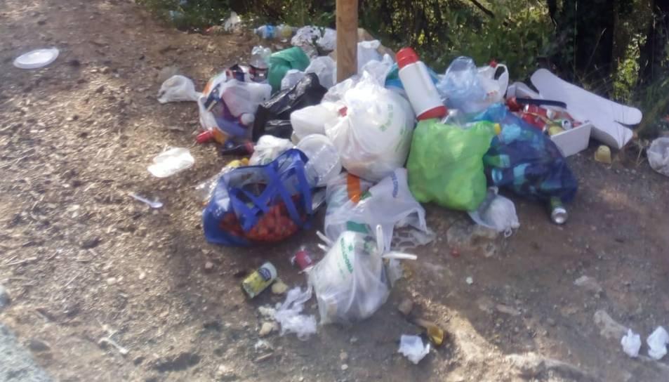 Deixalles acumulades a punts de la Riba, en punts on es demana respectar l'entorn.