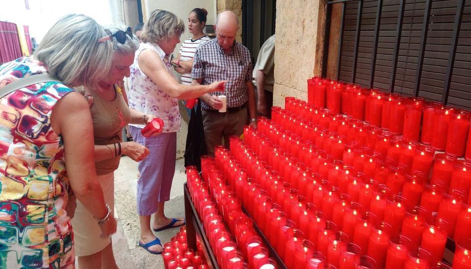 Els assistents han encès les espelmes