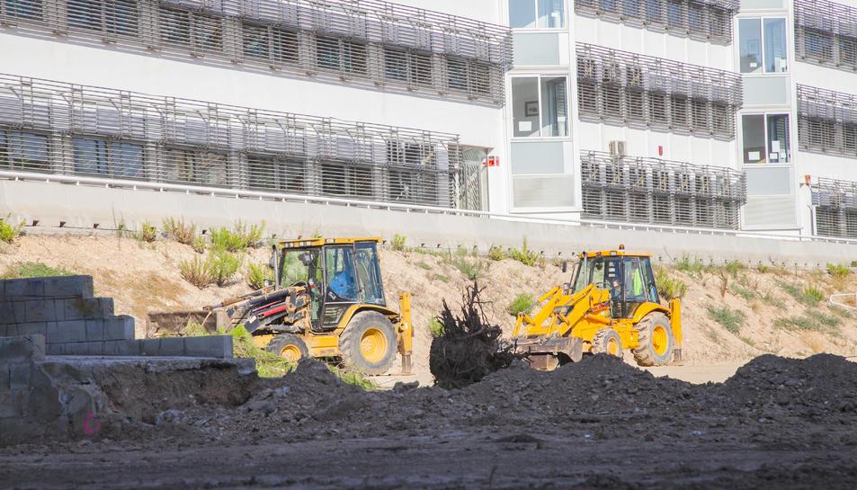 Dues excavadores ja treballen en els moviments de terra al pati de l'institut, que acollirà tres aules en mòduls prefabricats.