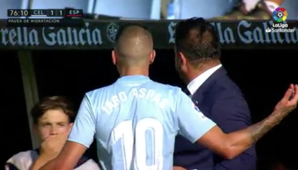 Iago Aspas i Antonio Mohamed miren al nen que els ha tirat la pilota