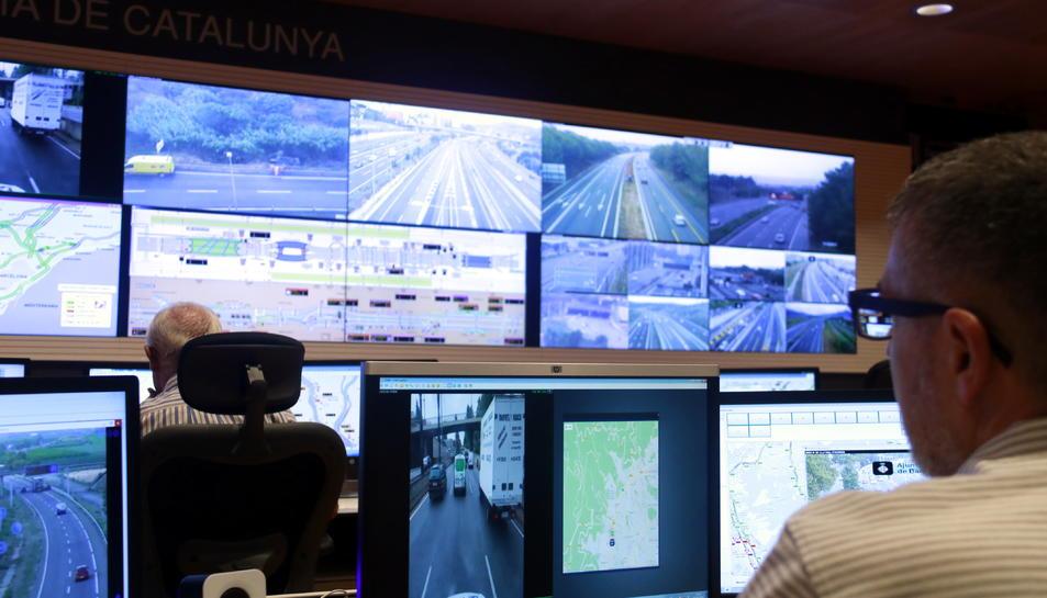 El cap de sala del CIVICAT observa les diverses pantalles amb imatges de la xarxa viària; la del davant, mostra la B-20, per on circula un dels equips mòbils d'informació viària (EMIV).