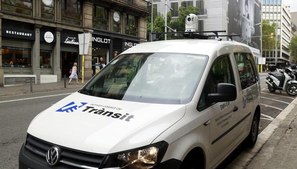 Un dels equips mòbils d'informació viaria (EMIV), davant el CIVICAT.