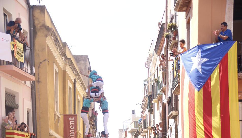 Pla general del primer 2d8f de la història dels Castellers de Sant Pere i Sant Pau en la diada de Sant Magí de Tarragona.