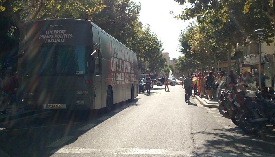 L'autobús en un dels carrers de Salou