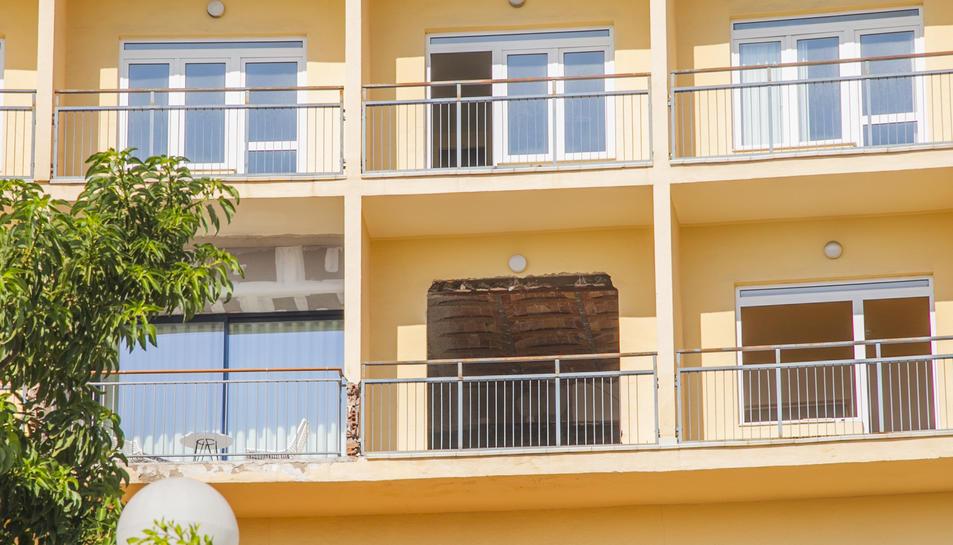Imatge exterior de l'antic Hotel Imperial Tarraco i la tanca perimetral que rodeja el solar.