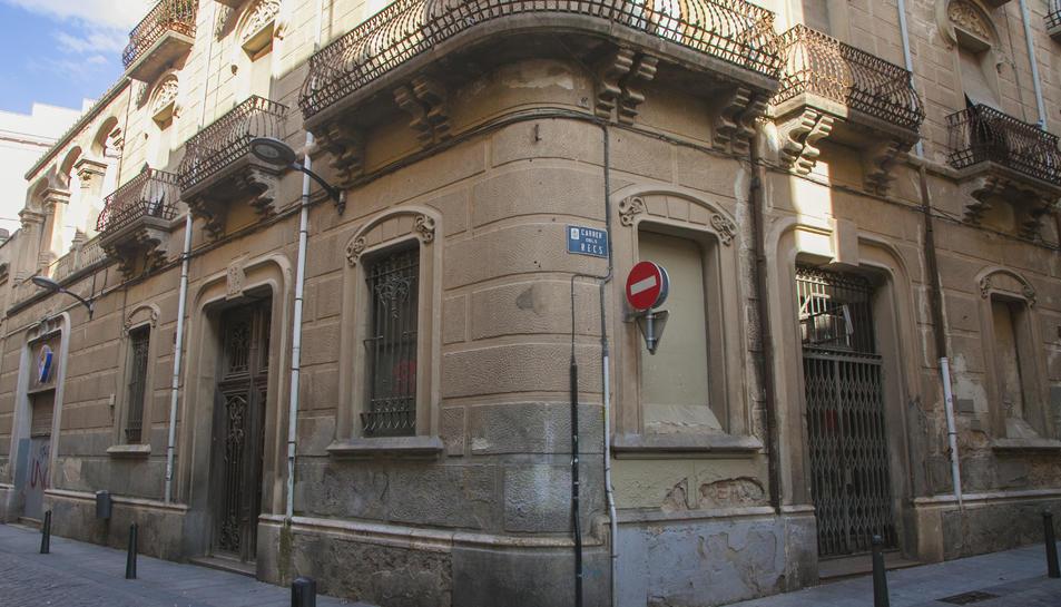 La construcció es troba localitzada al número 15 del carrer de Sant Llorenç.
