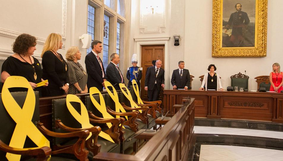 Llaços grocs als escons dels grups municipals de Cs i PP.