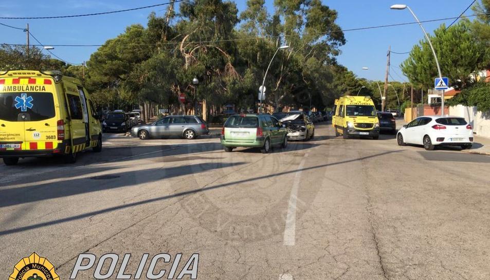 Dos vehicles van topar frontalment a l'avinguda Brisamar de Coma-ruga.