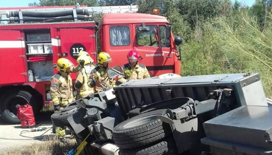 Los Bombers han tenido que sacar al conductor que ha quedado atrapado dentro del vehículo.