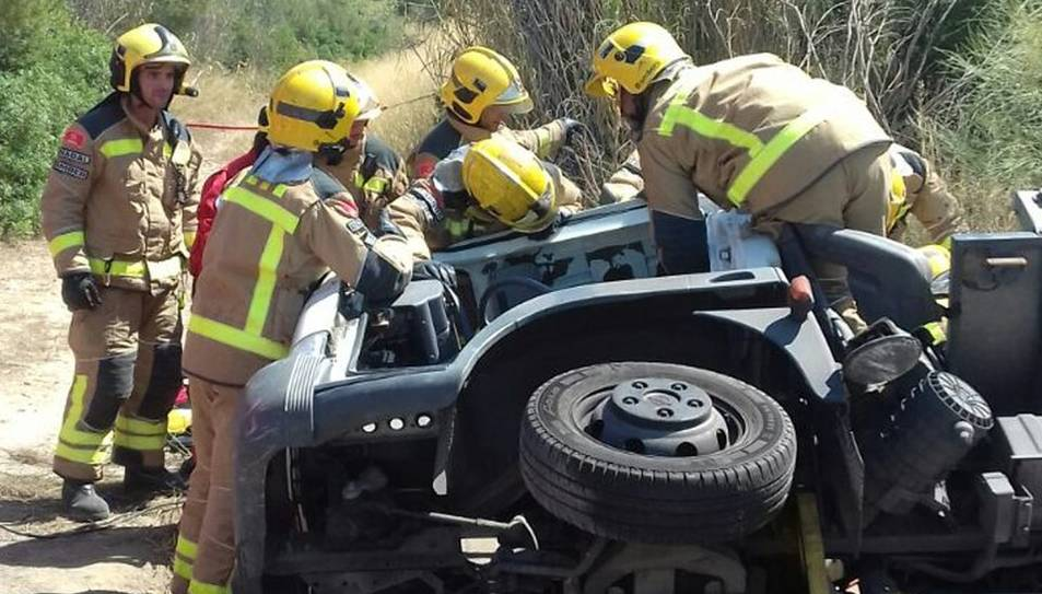 Els Bombers han hagut de treure al conductor que ha quedat atrapat dintre del vehicle.