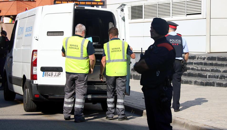 Els serveis judicials emportant-se el cadàver de l'home que ha atacat la comissaria dels Mossos de Cornellà.