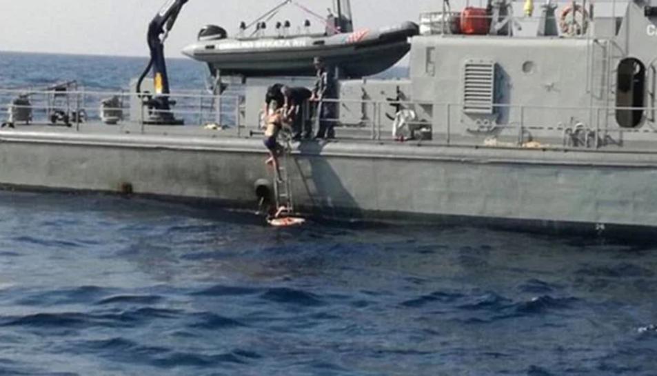 La mujer sube al barco tras ser rescatada
