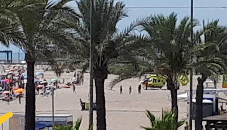 L'helicòpter del SEM a la platja de Segur de Calafell.