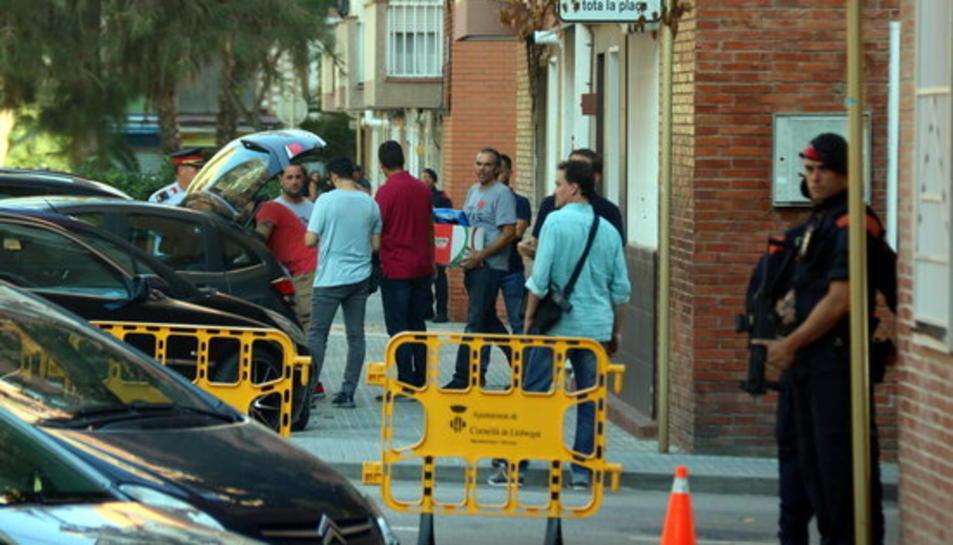 Final de l'escorcoll dels Mossos en el domicili on vivia l'atacant a la comissaria de Cornellà de Llobregat.