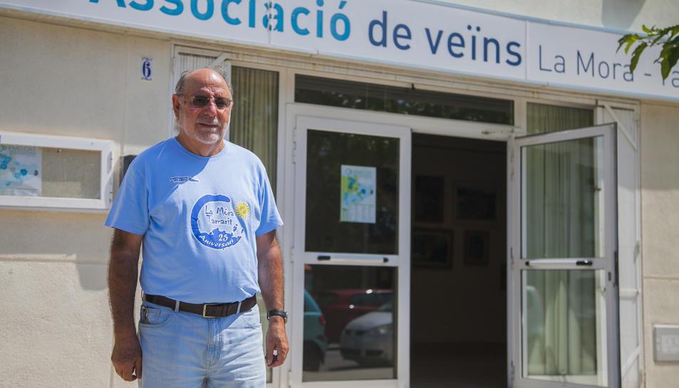 El president de l'associació de veïns, Francesc García, ahir davant la seu de l'entitat.