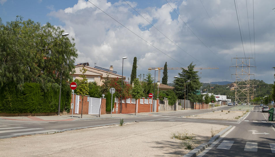 L'avinguda de les torres, on es fa més visible la presència de la línia elèctrica.