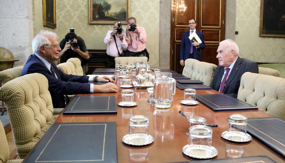 Imatge general amb el ministre d'Exteriors, Josep Borrell (esquerra), i el seu homòleg català, Ernest Maragall,