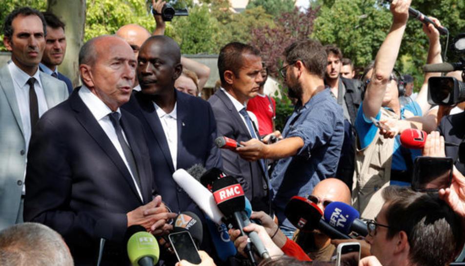 El ministre de l'Interior francès, Gérard Collomb, atenent als mitjans de comunicació després de l'atac amb ganivet a Trappes.