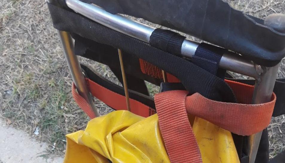 El gat, de nom Bernie, dins el sac que els Bombers han utilitzat per rescatar-lo.