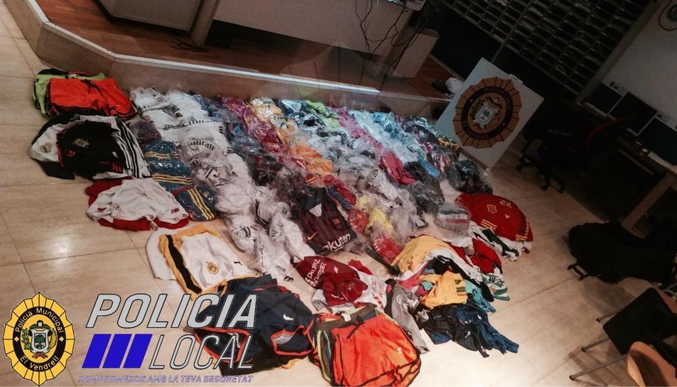 Els objectes intervinguts són samarretes de clubs de futbol i banyadors de marques falses.