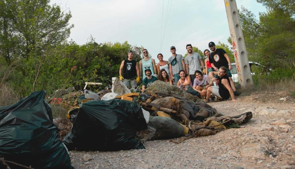 Imatge dels joves que van participar en l'acció.