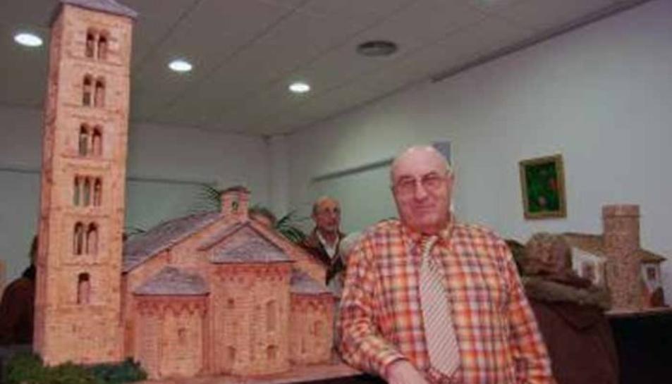 Antoni Sastre amb una de les seves maquetes.