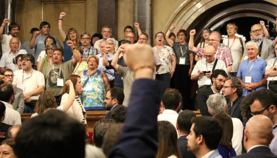 El diputat Joan Josep Nuet alça el puny de cara a les víctimes del franquisme.