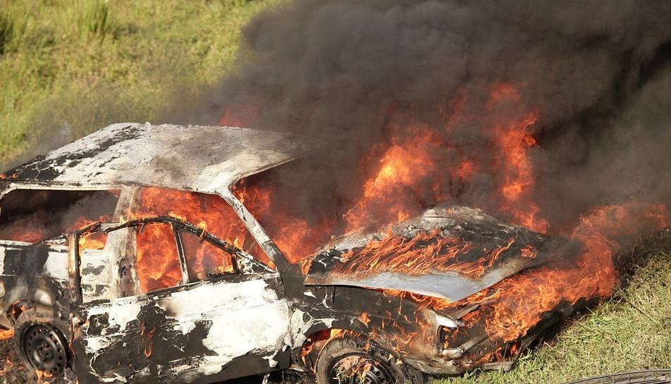 Un cotxe cremant en una imatge d'arxiu.