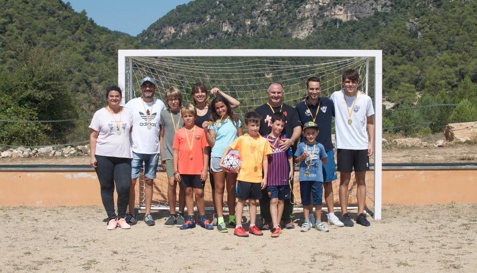 Els participants al campus del futbol i alguns dels pares.