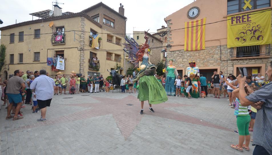 La Dona d'Aigua de Bellvei actuant a la plaça de l'Ajuntament.