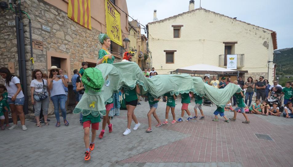 La Serpeta de la Febró actuant a la plaça del'Ajuntament.