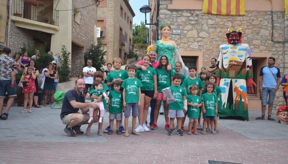 Els nens del poble que han participat de la Serpeta de la Febró.