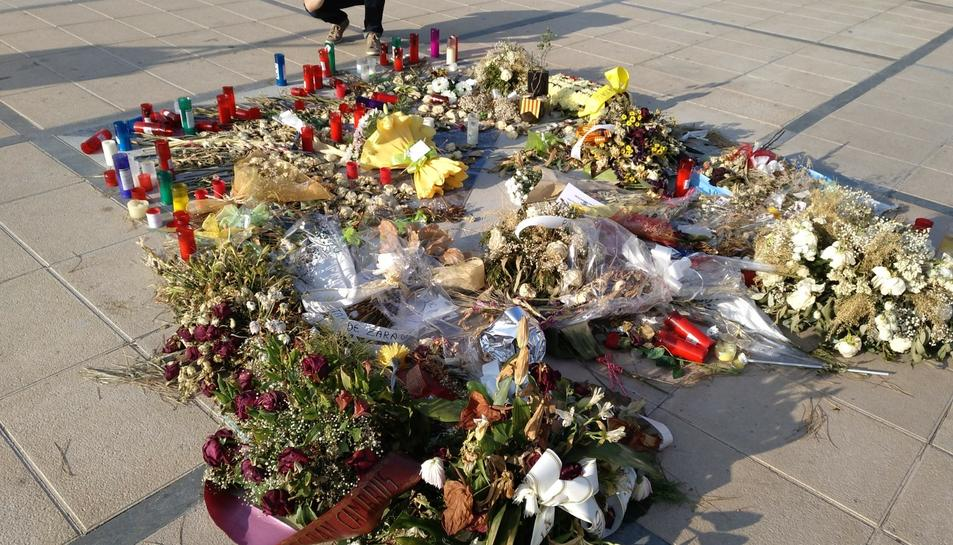 Les flors que han ofert a les víctimes.