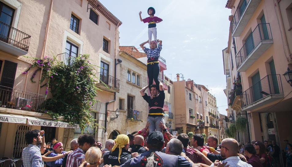 Els Xiquets de Cambrils en ple assaig del pilar, ahir al migdia, a la plaça de la Vila.