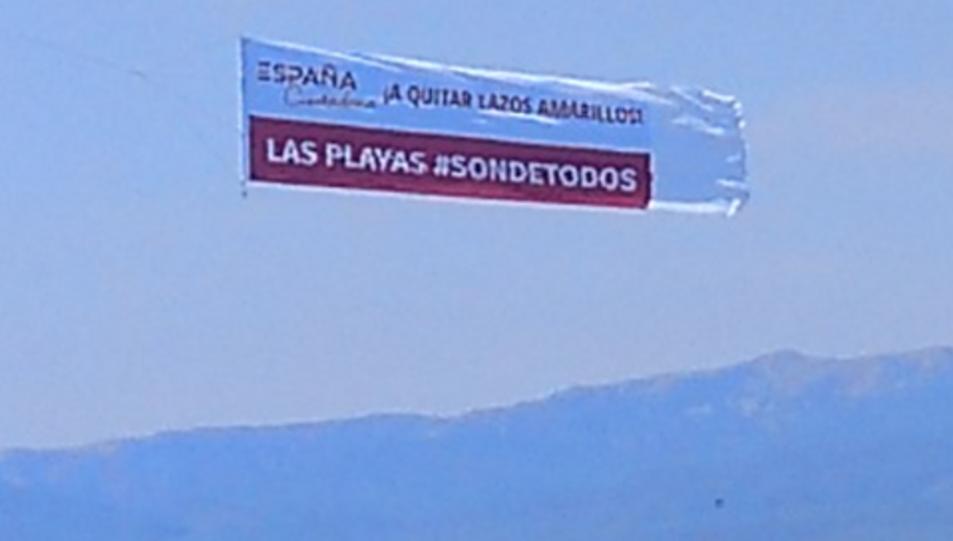 Imatge de l'avioneta sobrevolant Cap Salou.