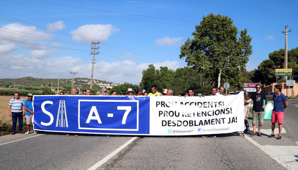 Pla general de la desena de persones que han tallat l'N340 per reclamar el desdoblament de l'autovia A-7.