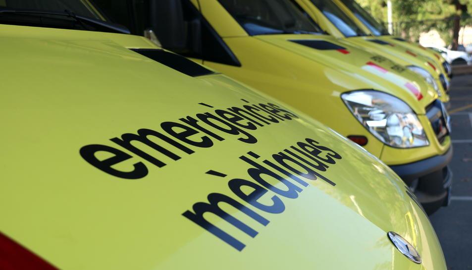 Pla detall de les ambulàncies del Sistema d'Emergències Mèdiques.