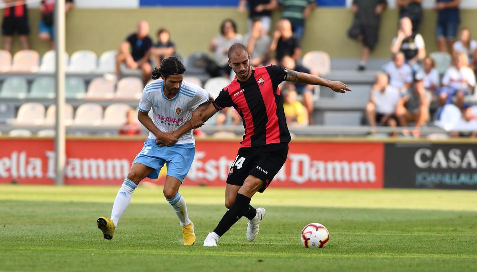 Imatge de Mikel Villanueva en una acció del partit contra el Real Zaragoza de dissabte a l'Estadi Municipal.