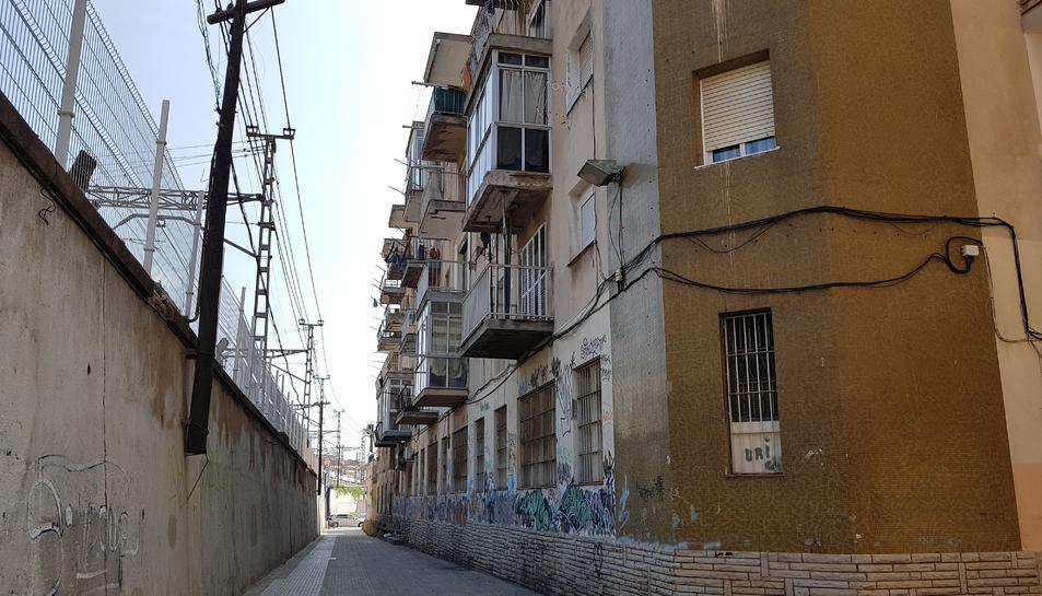 Dels 32 pisos que té el bloc, en l'actualitat n'hi ha 14 d'ocupats. Alguns veïns que recriminen accions d'aquests, han estat amenaçats.