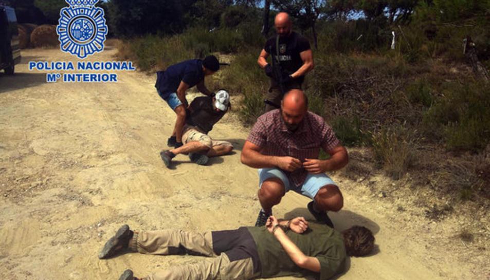 Instant en què la policia espanyola deté al presumpte criminal.